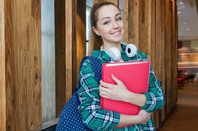 En tjej som håller i böcker